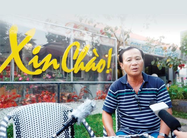Ông Nguyễn Văn Tấn, chủ quán cà phê Xin Chào, trả lời phỏng vấn của báo chí chiều 23-4 - Ảnh: Duyên Phan