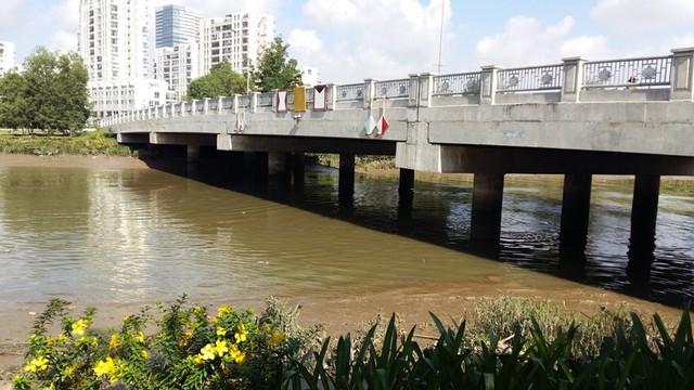 Cầu Phú Thuận có tổng chiều dài 280m, bề rộng 20m, điểm đầu tuyến là đường Phú Thuận và điểm cuối tuyến là khu A thuộc đô thị Nam Sài Gòn. Ngoài việc tạo sự thông suốt trên tuyến đường, cầu Phú Thuận đi vào hoạt động sẽ giúp nâng tầm giá trị dự án căn hộ cao tầng và trung tâm thương mại The EverRich II và III trong tương lai. Được biết, tổng vốn đầu tư cầu Phú Thuận là 102 tỷ đồng.