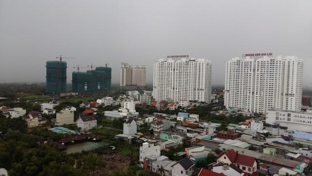 Một góc tuyến đường Nguyễn Hữu Thọ - con đường huyết mạch nối quận 1, 7 với huyện Nhà Bè. Tại đây hiện có hàng chục dự án chung cư cao tầng gấp rút xây dựng dọc mặt tiền con đường này.