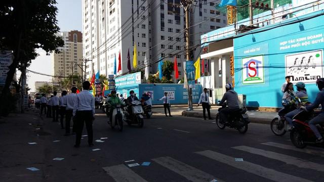 Hoạt động môi giới nhà đất diễn ra tấp nập trên một con đường chính của quận Tân Phú, nơi có gần 5 dự án chung cư cao cấp đang thi công.