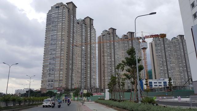 Con đường Nguyễn Hữu Cảnh (nối quận 1 - Bình Thạnh) với nhiều dự án quy mô lớn đang tạo nên tình trạng kẹt xe nghiêm trọng ra vào trung tâm thành phố.