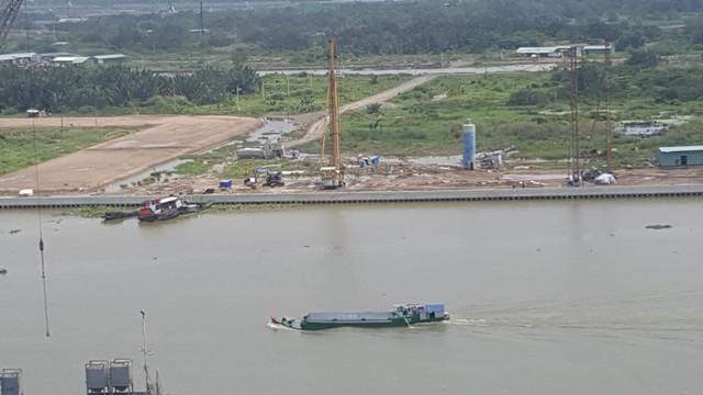 Địa điểm dự án cầu Thủ Thiêm 2 đang được Xây dựng. Hiện nay, dọc hai bên đầu cầu chuẩn bị có một loạt khu đô thị hiện đại sẽ được khởi công trong năm nay, trong khi các tuyến đường rất nhỏ hẹp.