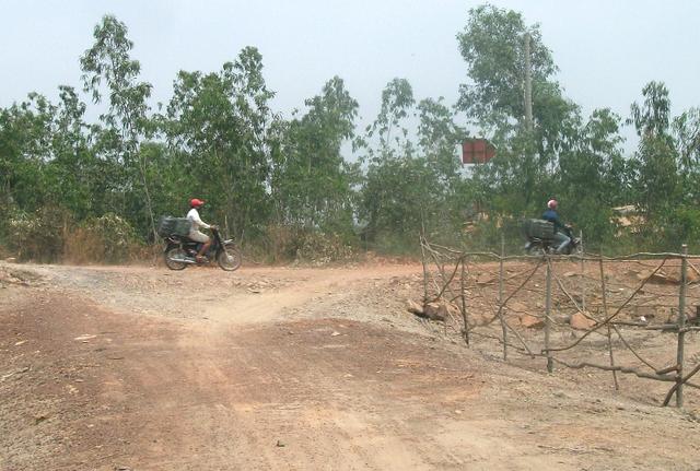Con đường mòn hạy dọc Dự án khu Đô thị Đại học quốc tế Việt Nam này trở thành cung đường lý tưởng để cánh buôn thuốc lậu mặc sức rồ ga, tăng tốc, bụi bay mù mịt.