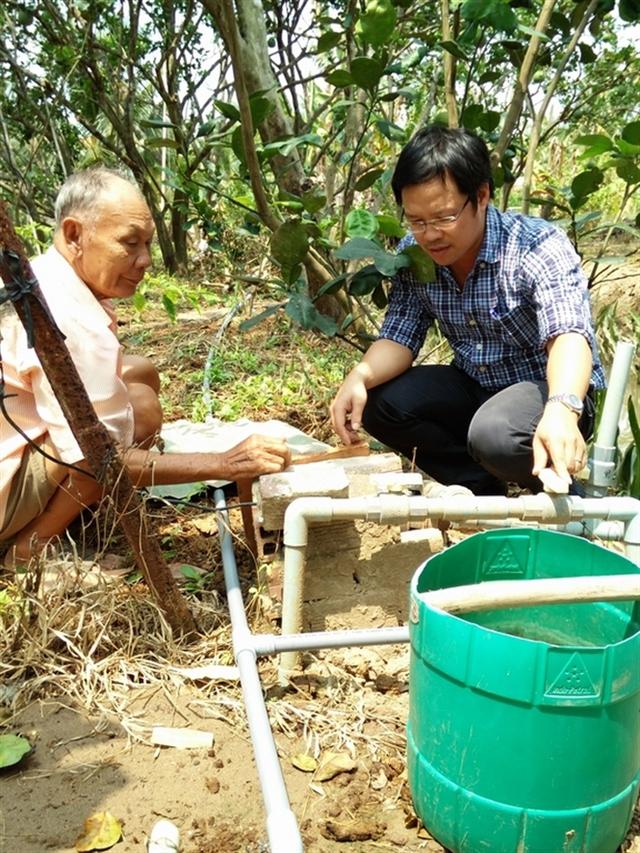 Nhà vườn Bến Tre phải khoan giếng tìm nguồn nước ngọt cứu cây