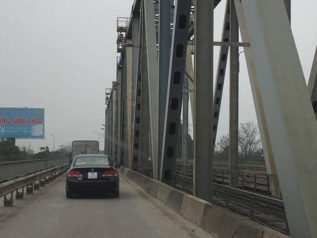 Theo quan sát, lượng ô tô lưu thông qua cầu Việt Trì cũ có vẻ nhiều hơn đi cầu Hạc Trì.