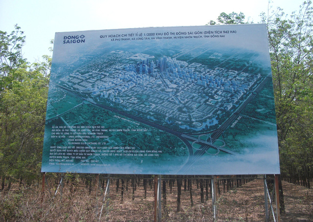 Bảng quảng cáo được dựng ngay trên khu đất đầu tư dự án khu đô thị Đông Sài Gòn đang phai mờ theo thời gian. Bốn bề khu đất là cây cỏ...