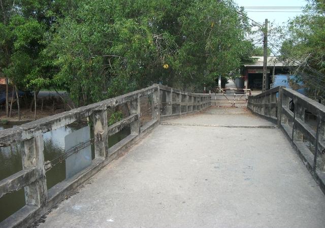 Cầu Nhị Xuân nối từ đường Đặng Công Bỉnh, phường Tân Thới Nhì vào khu quy hoạch Dự án khu Đô thị Đại học quốc tế Việt Nam bị hỏng đã lâu, rào chắn cấm các phương tiện qua lại