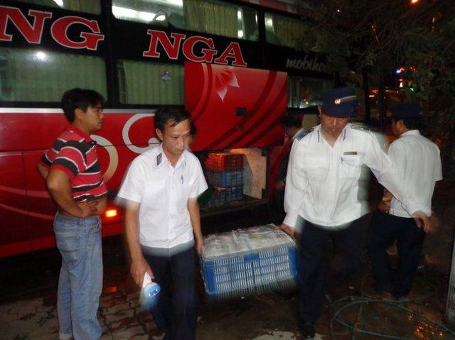 Cán bộ Thú y vận chuyển lô hàng về trạm kiểm tra - Ảnh trạm Kiểm dịch động vật Xuân Hiệp cung cấp