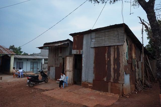 Người dân phải sống trong những căn nhà tạm bợ vì không được xây dựng do dính quy hoạch