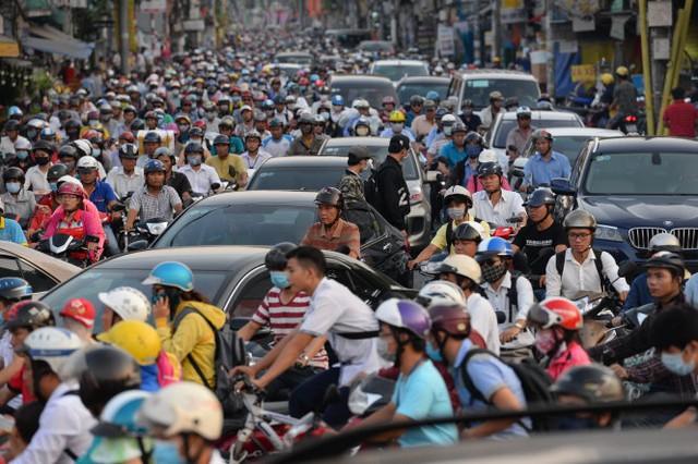 Ùn ứ xe kéo dài từ vòng xoay Nguyễn Thái Sơn đến đường Nguyễn Kiệm (Q.Gò Vấp, TP.HCM) chiều 6-4 - Ảnh: Hữu Khoa