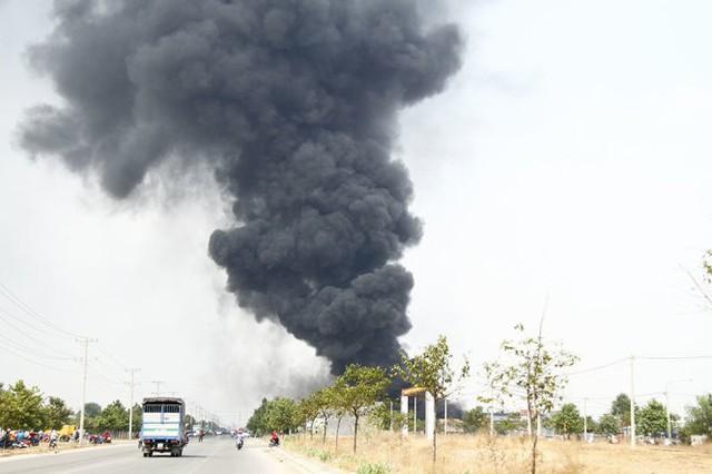 Vụ cháy công ty nhìn từ xa - Ảnh: Xuân An