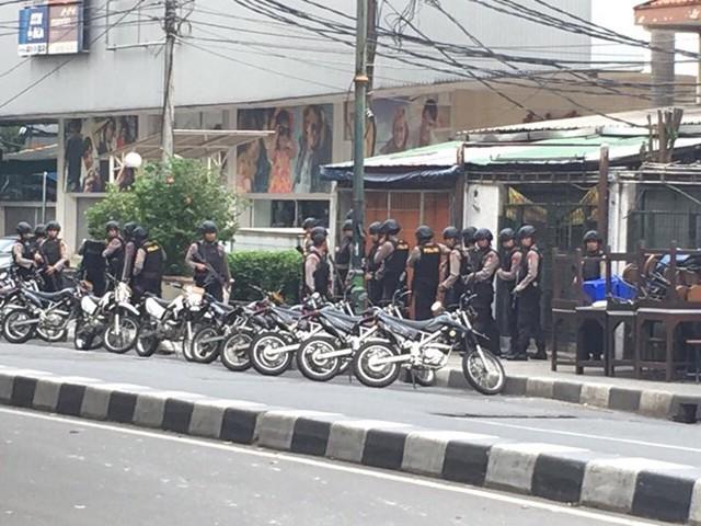 Đơn vị chống khủng bố đang tìm cách xâm nhập tòa nhà có nghi phạm ẩn náu (Ảnh: Ngọc Hiệp/Vietnam+)