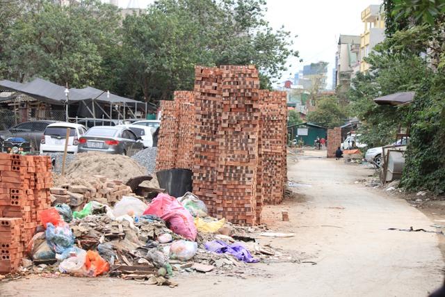 Vật liệu xây dựng chiếm mất một phần lòng đường