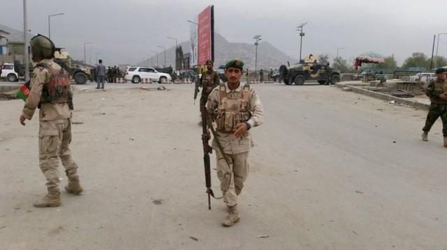Lực lượng an ninh Afghanistan đang phong tỏa hiện trường đánh bom - Ảnh: Reuters
