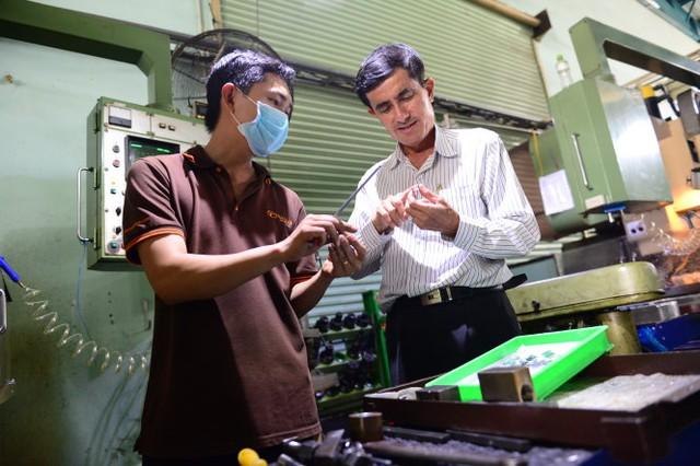 Ông Lê Văn Quý (phải) - tổng giám đốc Công ty cổ phần kỹ nghệ lạnh Hoa Sáng - cho biết 2 tháng nay do chậm hoàn thuế nên ông phải vay tiền ngân hàng để trả lương cho công nhân - Ảnh: Quang Định