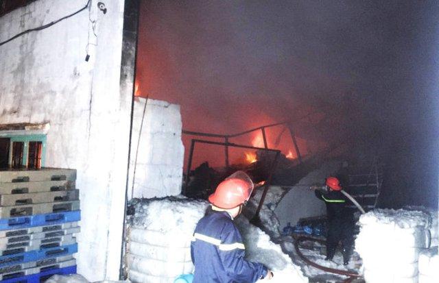 Các chiến sĩ PCCC vào bên trong khu vực cháy để dập lửa. - Ảnh: Ngọc Khải.