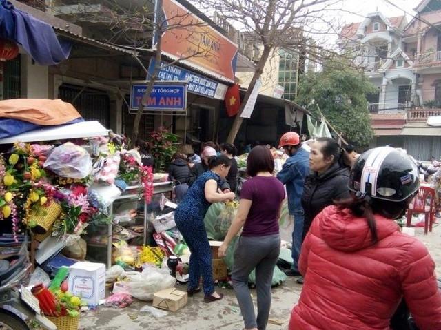 Tiểu thương chợ Hiếu dọn dẹp tài sản sau vụ hỏa hoạn - Ảnh: Trần Dương