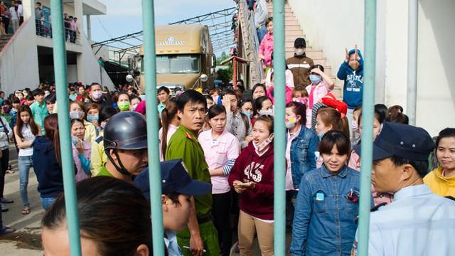 Công nhân đình công tại công ty YS Vina chiều 1-2 - Ảnh: Tấn Lực