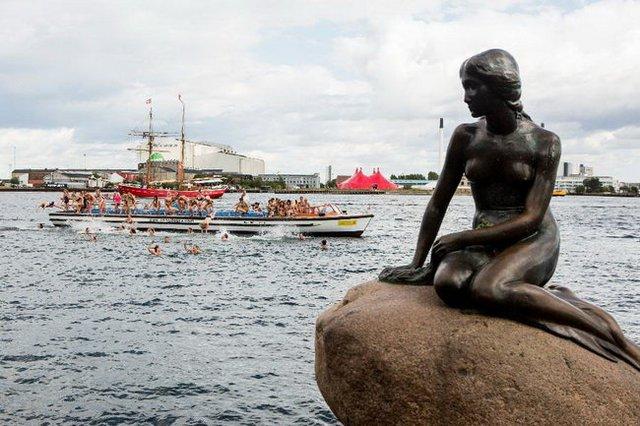 Tượng Nàng tiên cá, lấy cảm hứng từ chuyện cổ Andersen, ở bến cảng Copenhagen, Đan Mạch - Ảnh: Getty