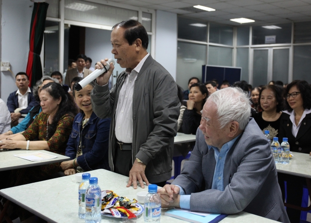 Cử tri Tổ dân phố 41 - phường Trung Hòa phát biểu ý kiến tại Hội nghị
