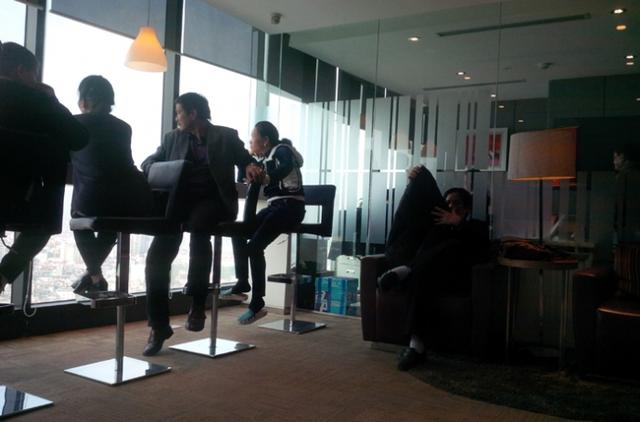 Một số nhà đầu tư của IDT thường xuyên lên công ty này ngồi nghe ngóng thông tin.