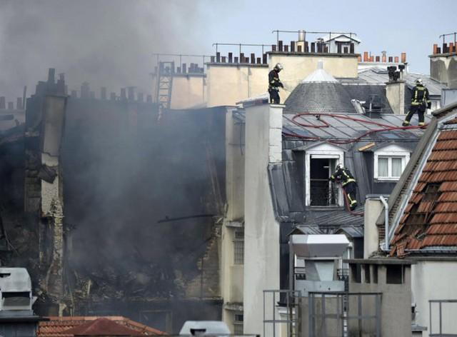 Lực lượng chữa cháy tại hiện trường - Ảnh: Getty Images