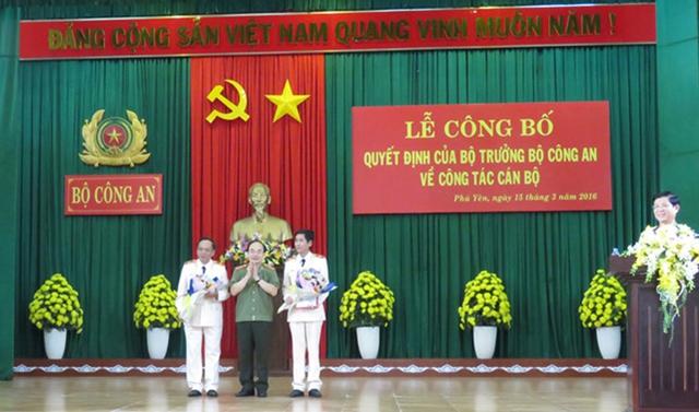 Thứ trưởng Bùi Quang Bền trao quyết định điều động Giám đốc Công an hai tỉnh Phú Yên và Bình Định. Ảnh CAND