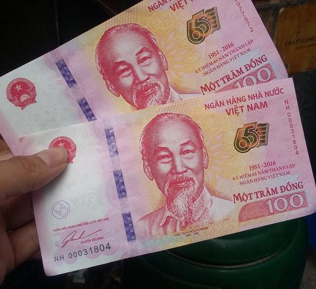 """Một tờ tiền rời ngoài """"chợ đen"""" có giá từ 35.000 - 50.000 đồng - Ảnh: Quang Thế"""