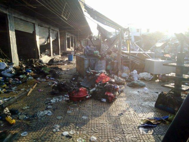 Trung tâm thương mại Núi Sam tan hoang sau vụ cháy tối qua - Ảnh: BỬU ĐẤU