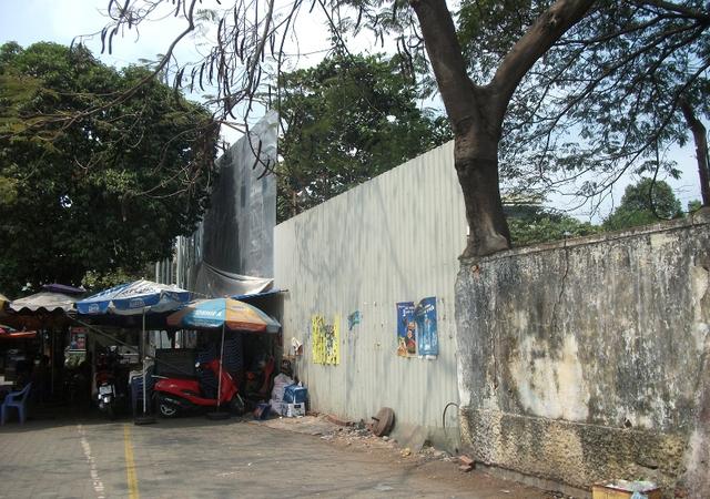 Vì Dự án Trung tâm tài chính quốc tế Việt Nam treo nên trường học, nhà văn hóa thành nhà giữ xe công cộng, vô cùng lãng phí. Bên cạnh đó là rất nhiều nhà hàng, quán cà phê sân vườn.