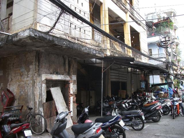 Cuộc sống vẫn diễn ra ra yên ả nhưng rất mong manh vì không biết tòa nhà sẽ đổ sập khi nào.