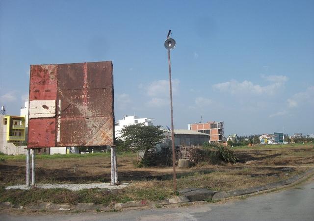 Cơn nóng sốt của thị trường BĐS giai đoạn trước 2008 qua đi để lại hậu quả là hàng trăm dự án bỏ hoang như thế này đến này vẫn không có lối ra.