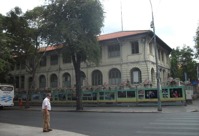 Tòa nhà có tuổi đời 120 năm hiện nay là trụ sở của Sở Thông tin - Truyền thông TP.HCM. Bài toán khó đang được các nhà quy hoạch tìm lời giải cho thành phố.