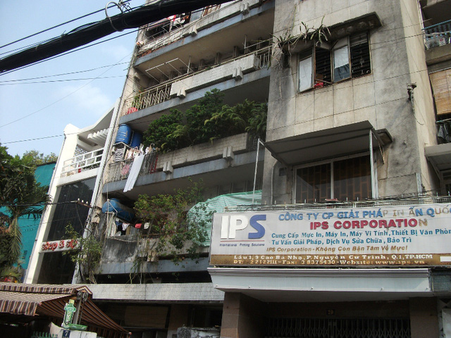 Một chung cư quá cũ kỹ trên đường Nguyễn Cư Trinh, quận 1. Thành phố đã đưa vào danh sách phải di dời khẩn cấp nhưng đến nay vẫn án binh bất động.
