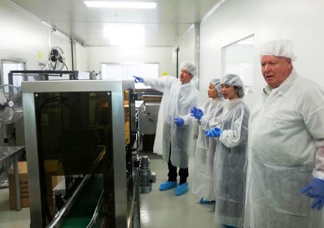 Ông Jack McDonald – Giám Đốc sản xuất trực tiếp CDI giải thích về quy trình sản xuất sữa.