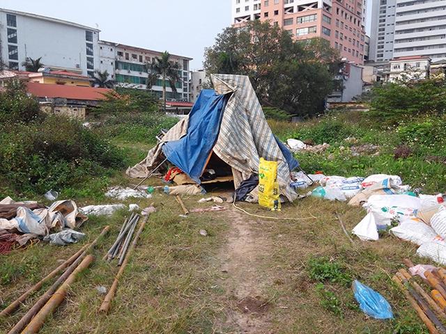 Gần đây xuất hiện một túp lều nhỏ của công nhân.
