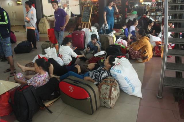 Hành khách nằm ở ga Sài Gòn chờ đi tàu - Ảnh Đức Phú