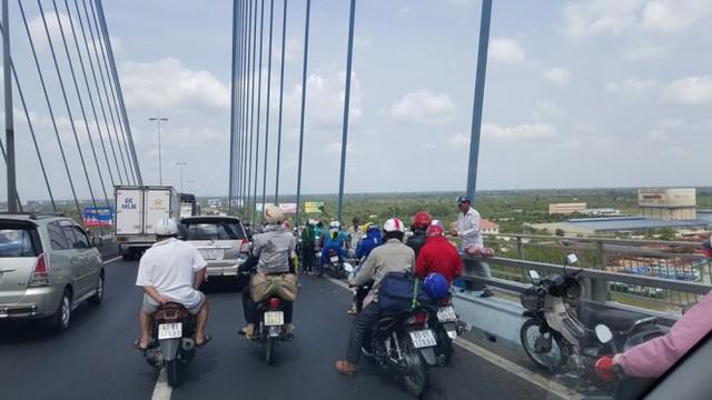 Cầu Mỹ Thuận đông xe còn vướng thêm hàng rong - Ảnh: K.Nam