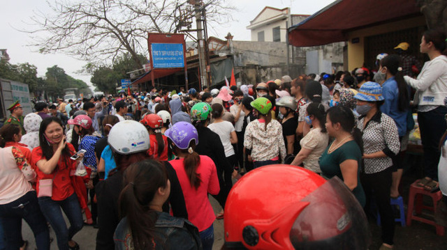 Nhiều cán bộ công an có mặt tại hiện trường cũng không thể ngăn chặn được việc rất đông công nhân ném trứng thối, mắm tôm - Ảnh: Tiến Thắng