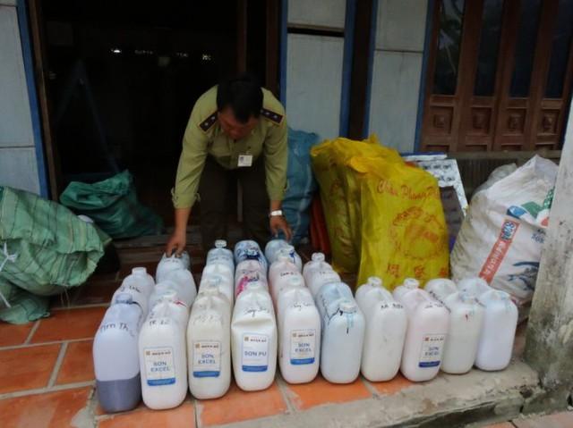 Tại nhà bà Nguyễn Thị Bảy, đoàn phát hiện nhiều loại sơn dùng để sơn mũ bảo hiểm