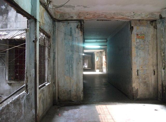 Những hành lang dẫn lên các tầng nhà bên trong một chung cư trên đường Trần Hưng Đạo, quận 1. U ám, lạnh lẽo...