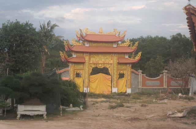 Nhà thờ Tổ của Hoài Linh được xây dựng theo phong cách nhà thờ xưa của miền Bắc. Công trình được khởi công vào năm 2014 với diện tích trên 7.000 m2.