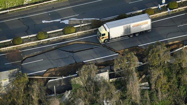 Xa lộ Kyushu tại thị trấn Mashiki bị hư hại nặng sau trận động đất - Ảnh: Reuters