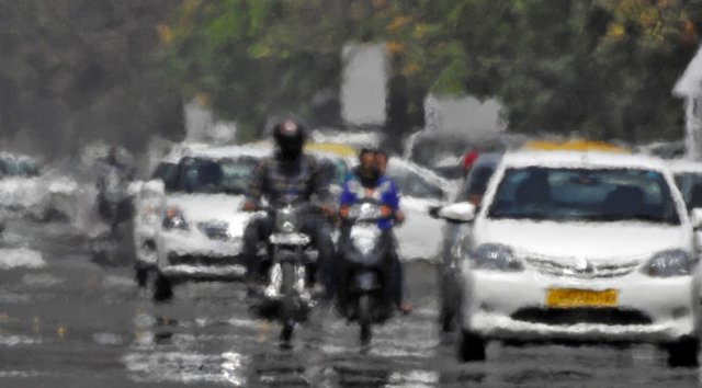 Hơi nóng bốc lên trên con đường ở Chandigarh, Ấn Độ - Ảnh: Reuters
