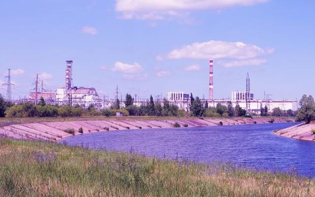 Dòng kênh chảy ngang khu vực lò phóng xạ bị nổ