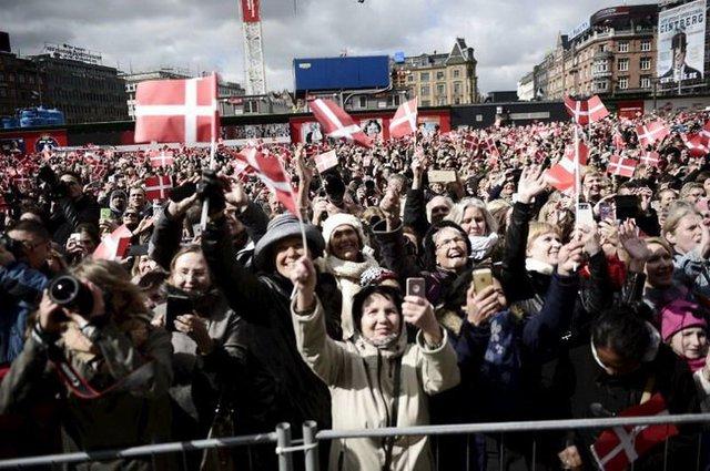 Người dân vẫy cờ Đan Mạch mừng sinh nhật lần thứ 75 của Nữ hoàng Margrethe hồi tháng 4-2015 - Ảnh: Reuters