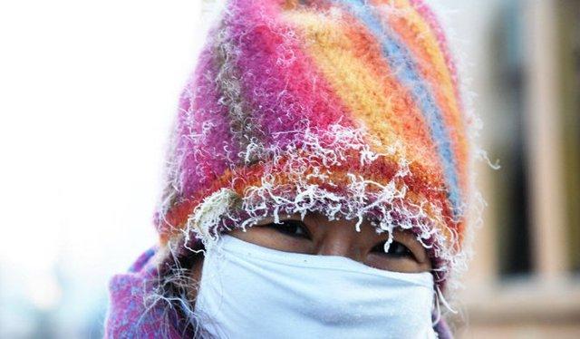 Tóc, lông mày... người đi đường ở tỉnh Hắc Long Giang và tỉnh Liêu Ninh bị đông cứng - Ảnh: Xinhua, Reuters