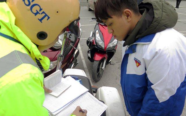 Lực lượng CSGT ghi thông tin về người vi phạm