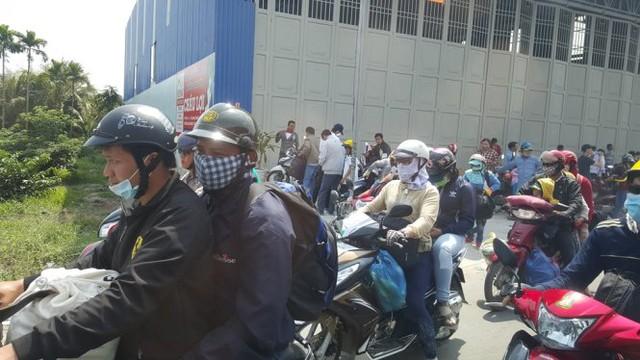 Nhiều người tấp xe vào lề đường để tránh nắng - Ảnh: K.Nam