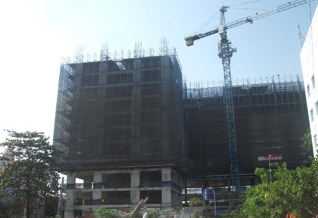 Theo tìm hiểu, sắp tới chính quyền địa phương sẽ cắt hơn 20ha đất của sân bay Tân Sơn Nhất để mở đường; một doanh nghiệp vừa đề xuất đầu tư tuyến đường trên cao nối sân bay với trung tâm thành phố... nhiều dự án mới chuẩn bị bung hàng.